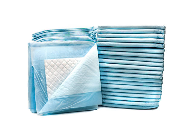 wc-servietten für haustiere isoliert auf weißem hintergrund. leck-beweis-pads für haustiere - liebesbeweis für ihn stock-fotos und bilder