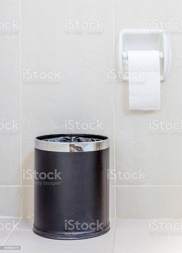 Papel higi nico y del recipiente para la basura en blanco for Objetivo de bano de basura