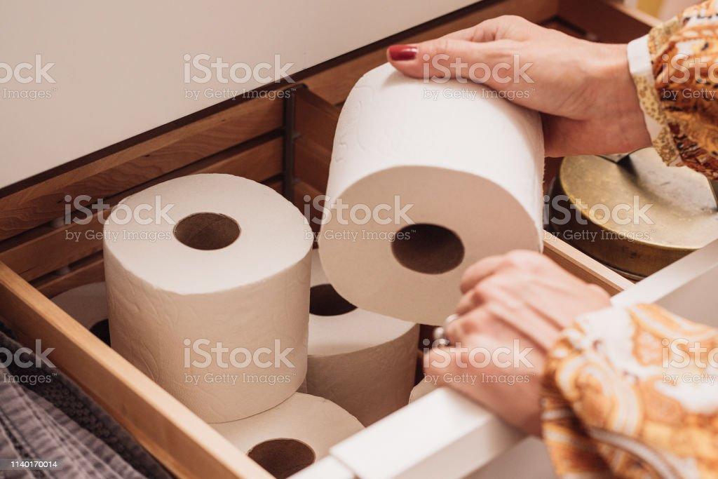 Toilettenpapierspeicher in der Schublade - Lizenzfrei Toilettenpapier Stock-Foto