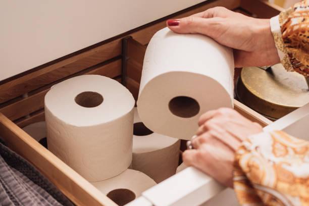 Toilettenpapierspeicher in der Schublade – Foto