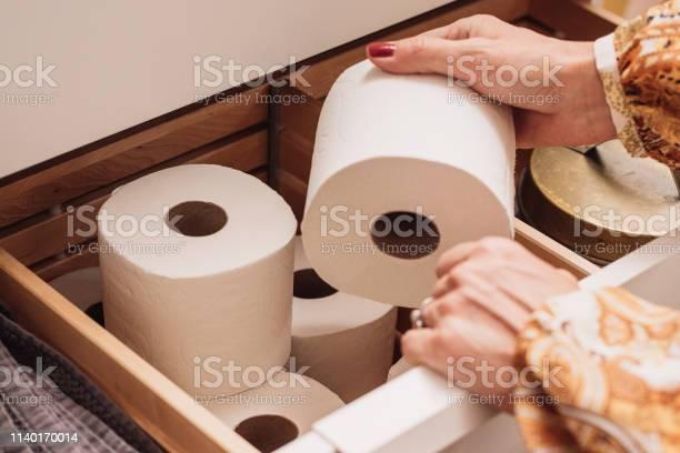 Toilettenpapierspeicher In Der Schublade Stockfoto und mehr Bilder von Toilettenpapier