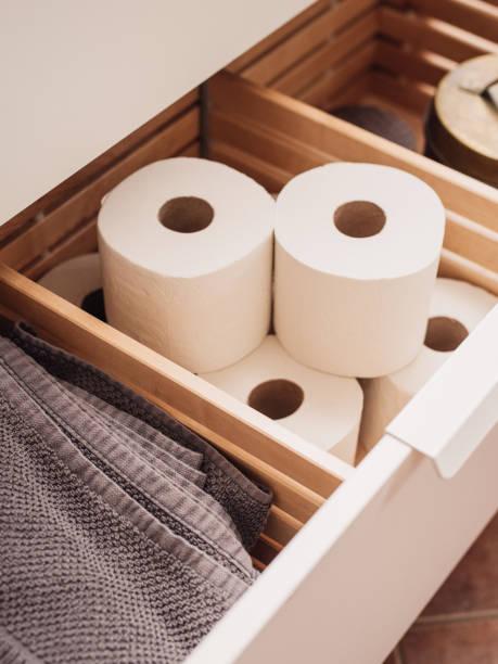 Almacenamiento de papel higiénico en el cajón del baño - foto de stock