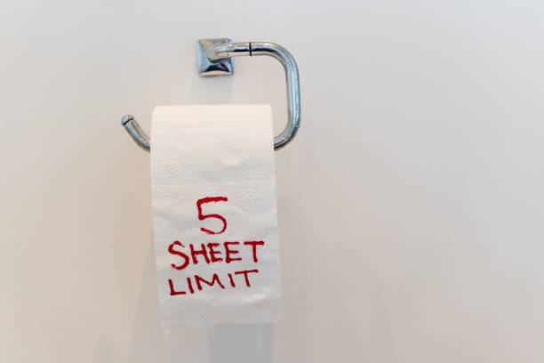 toilet roll with a '5 sheet limit' written on it. visual tongue in-cheek image highlighting the mass panic and shortage of toilet paper over the ongoing world wide coronavirus epidemic. - carta igienica foto e immagini stock