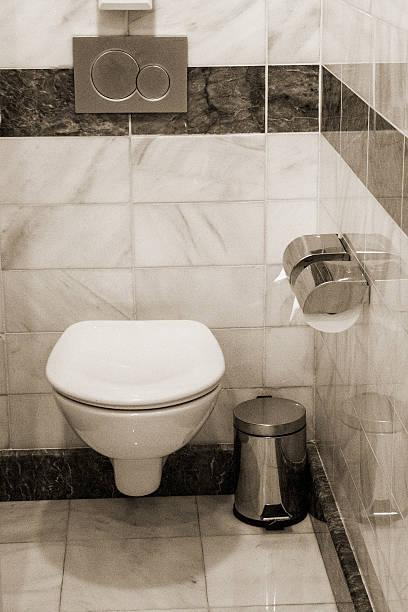 toilette zimmer - badezimmer new york style stock-fotos und bilder