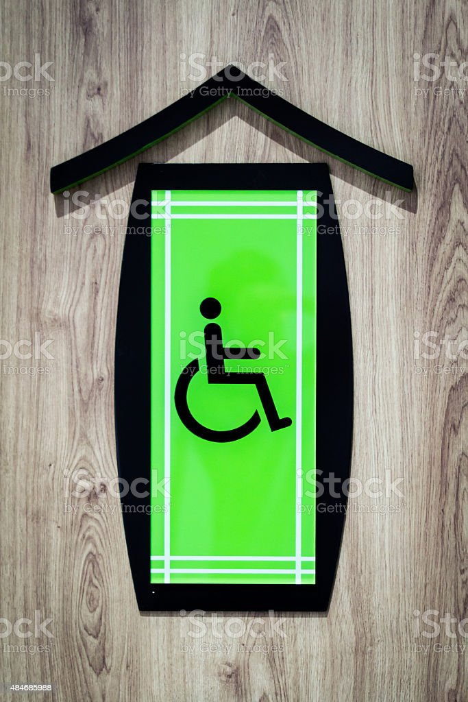 Señal de lavabo accesible para personas con discapacidades - foto de stock