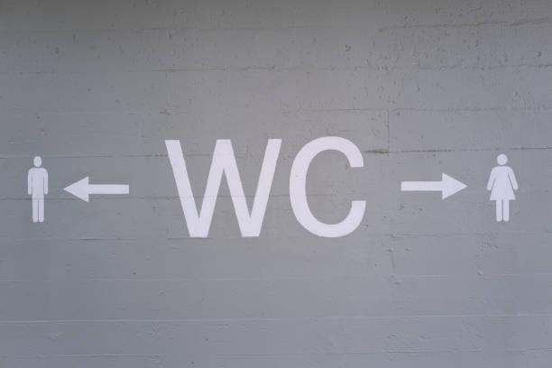 Toilettenschild an Betonwand – Foto