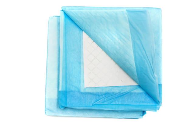 toilettentraining pads für haustiere isoliert auf weiss. haus absorbieren teppiche für tiere - liebesbeweis für ihn stock-fotos und bilder