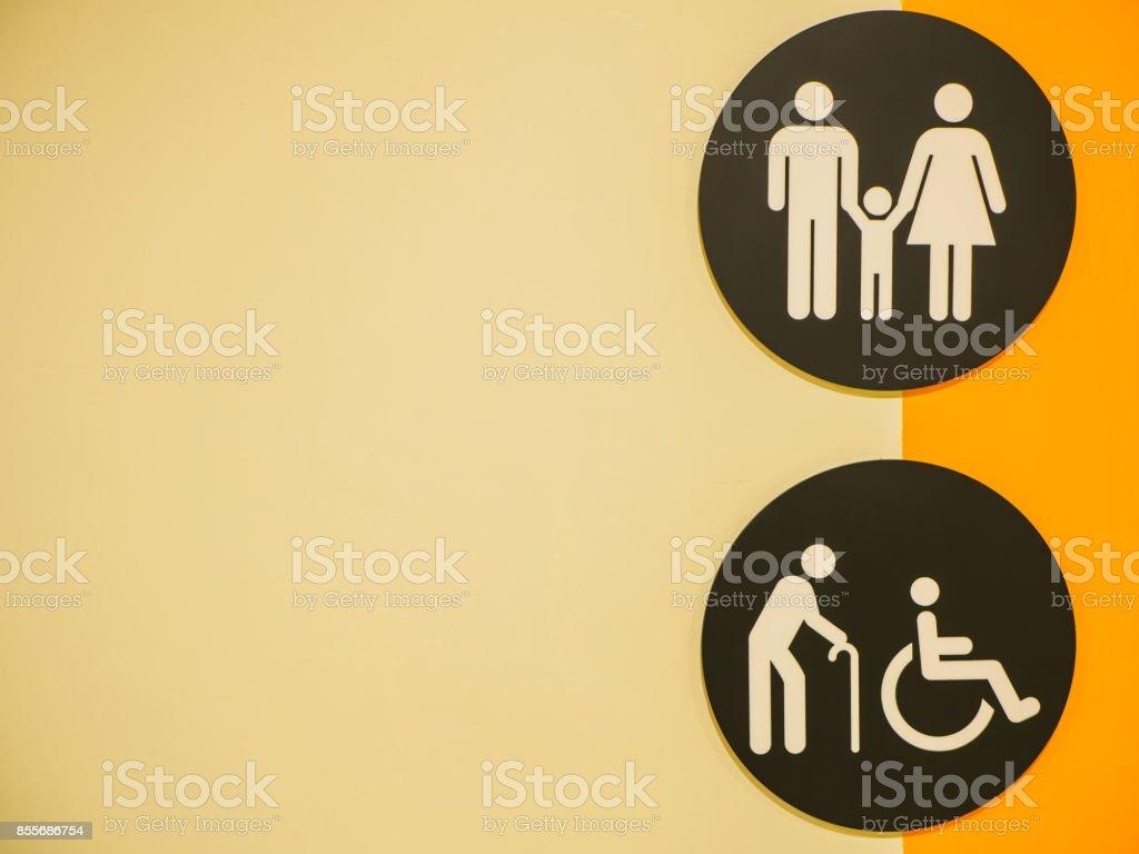 Icône de toilettes. Signes de toilettes publiques avec un symbole de l'accès aux personnes handicapées sur le mur au centre commercial. - Photo