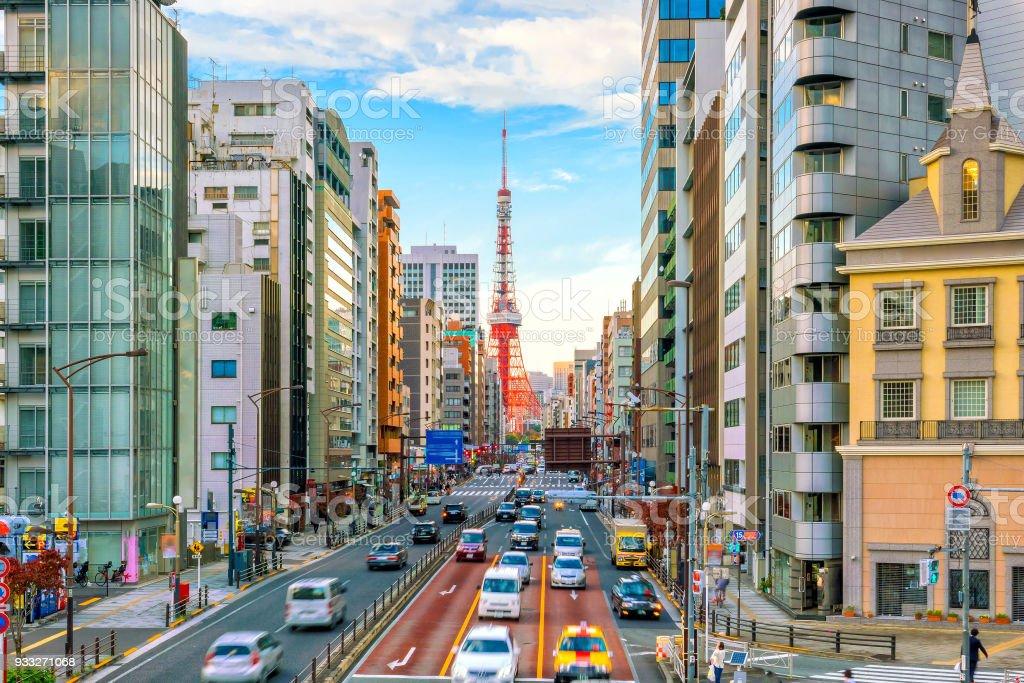 Vista calle de la ciudad de Tokio con la torre de Tokio - Foto de stock de Anochecer libre de derechos