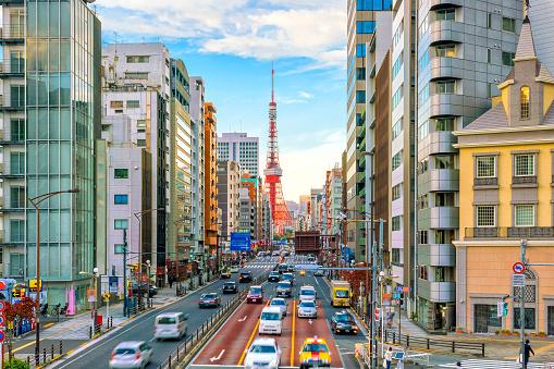 Vista Calle De La Ciudad De Tokio Con La Torre De Tokio Foto de stock y más banco de imágenes de Anochecer