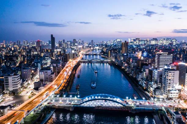 東京の街並の夜景と川を見ることが - 日本 街並み ストックフォトと画像