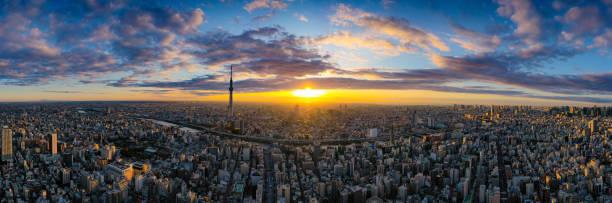 Tokyo Cityscape mit Tokyo Sky Tree sichtbar in Tokyo Stadt, Japan bei Sonnenaufgang. – Foto