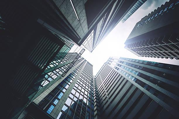 tokyo contemporary building in the downtown - fluchtpunktperspektive stock-fotos und bilder