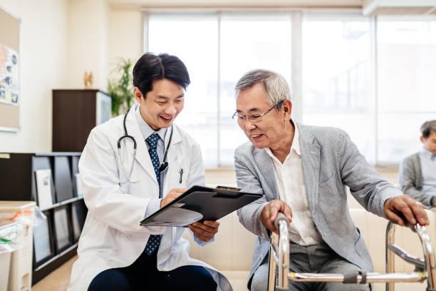 Tokio Arzt zufrieden mit älteren Patienten Erholung – Foto