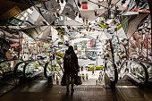 東京、日本。2019年1月25日:東急プラザの有名な鏡の入り口、東急プラザ表参道原宿は、東京の渋谷区にあります。
