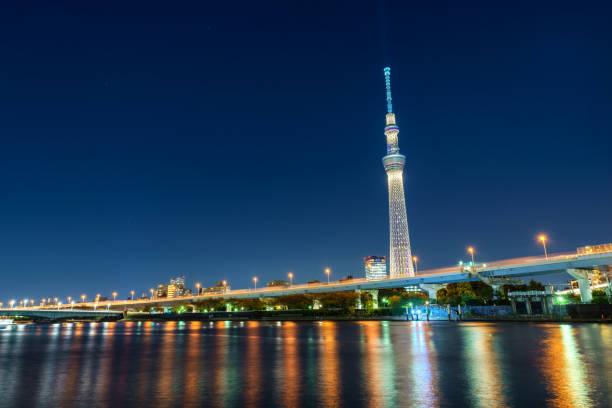 skyline von tokyo, japan mit den tokyo sky tree - hohe warte stock-fotos und bilder