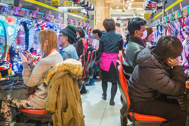 Tokyo Menschen spielen Pachinko-Glückspiel Flipper Glücksspiel game arcade Shibuya Japan – Foto