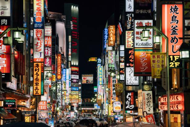 district de shinjuko de tokyo dans la nuit, japon - préfecture de tokyo photos et images de collection