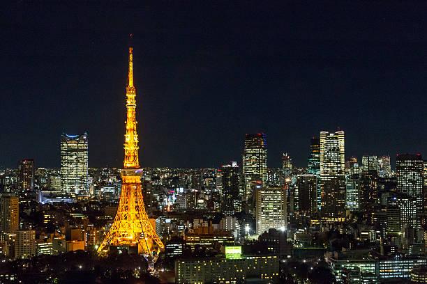 Vista nocturna de los edificios de la ciudad de Tokyo - foto de stock