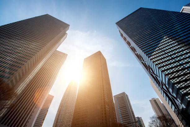 tokyo skyscraper and high-rise buildings and blue sky - shinjuku, tokyo, japan - политика и правительство стоковые фото и изображения