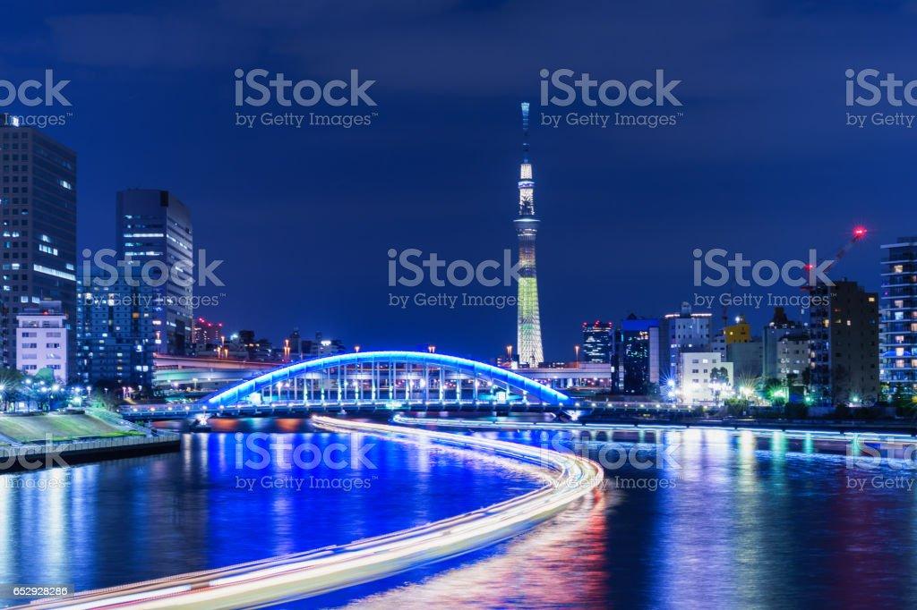 東京スカイツリー、夜の永代橋 ストックフォト
