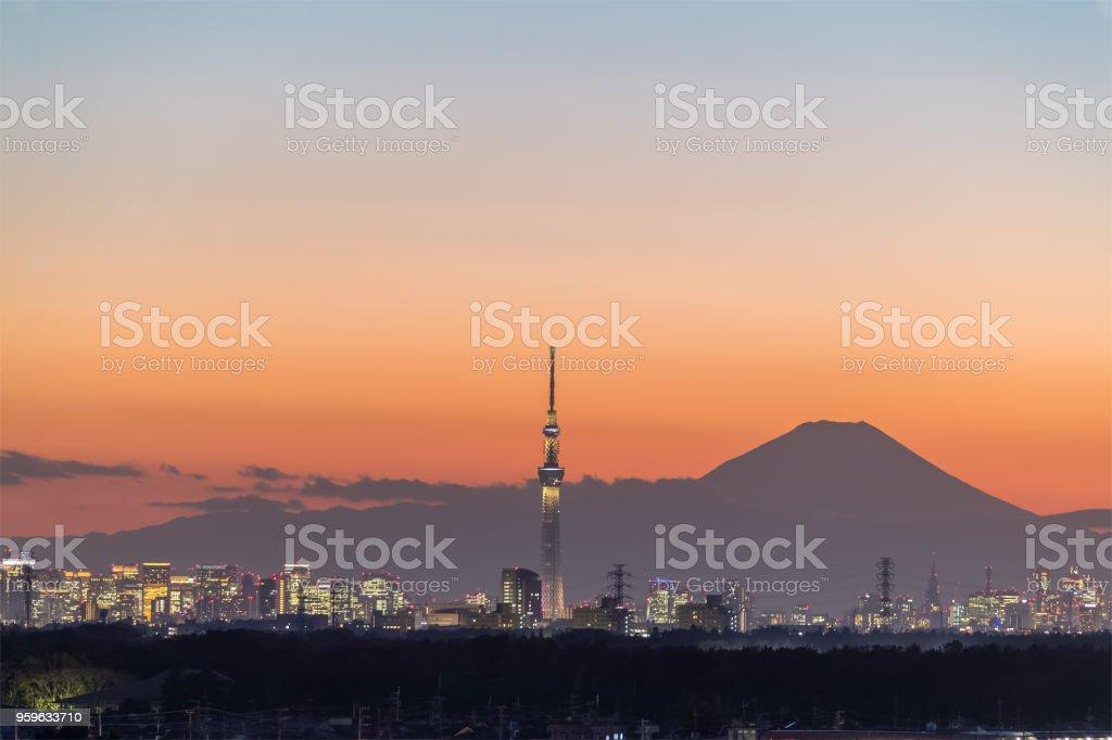 Tokio Skytree y Monte Fuji en tiempo crepuscular en temporada de invierno. - Foto de stock de Aire libre libre de derechos