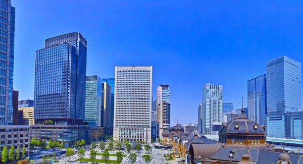 東京駅広場 - 緑 ビル ストックフォトと画像