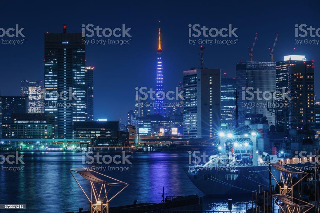 東京のタワーと高層ビル夜に ストックフォト
