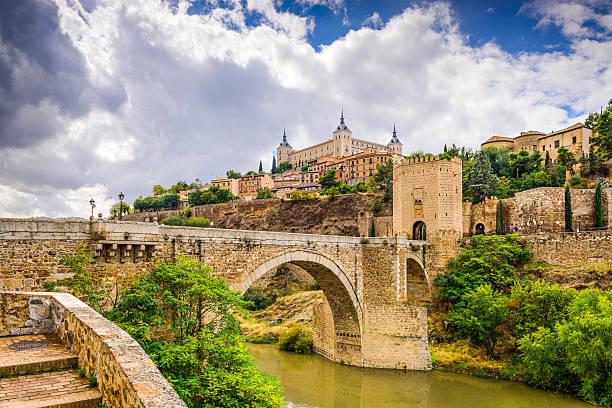 トレドスペインの川 - ムーア様式 ストックフォトと画像
