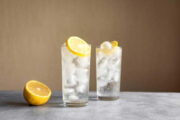 tom collins cocktail - gin tonic stockfoto's en -beelden