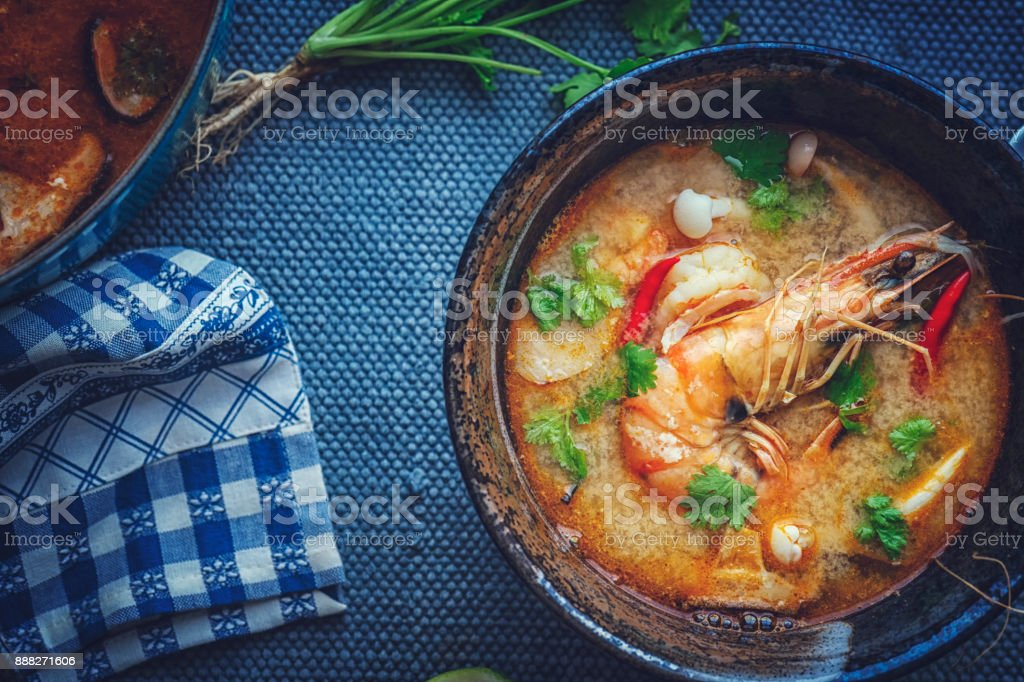 トムヤムクン ナム崑タイのスープとエビ、えのき茸や新鮮な唐辛子 ストックフォト