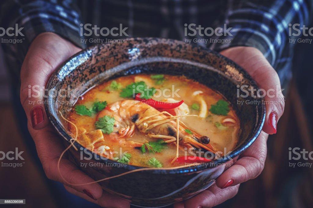 Tom Yum Goong Nam Kon soupe thaïlandaise aux crevettes, champignons Enoki et piment frais - Photo