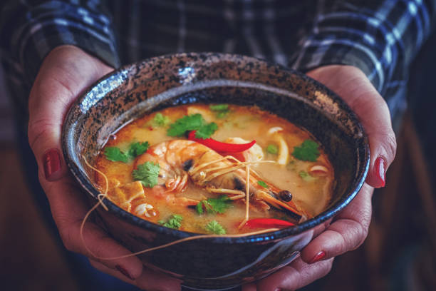 Tom Yum Goong Nam Kon Thai-Suppe mit Garnelen, Enoki-Pilze und frischem Chili – Foto