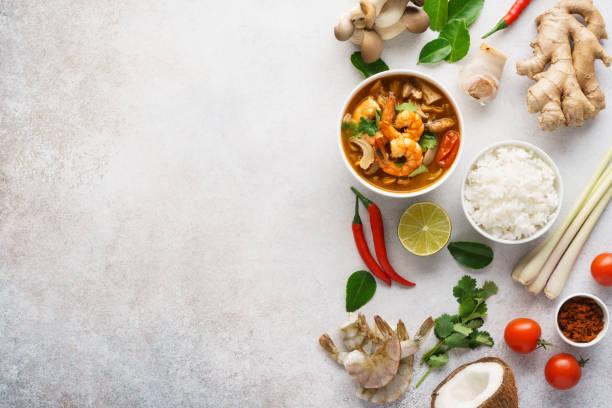 tom yum goong o tom yam kung y varios ingredientes. - comida tailandesa fotografías e imágenes de stock