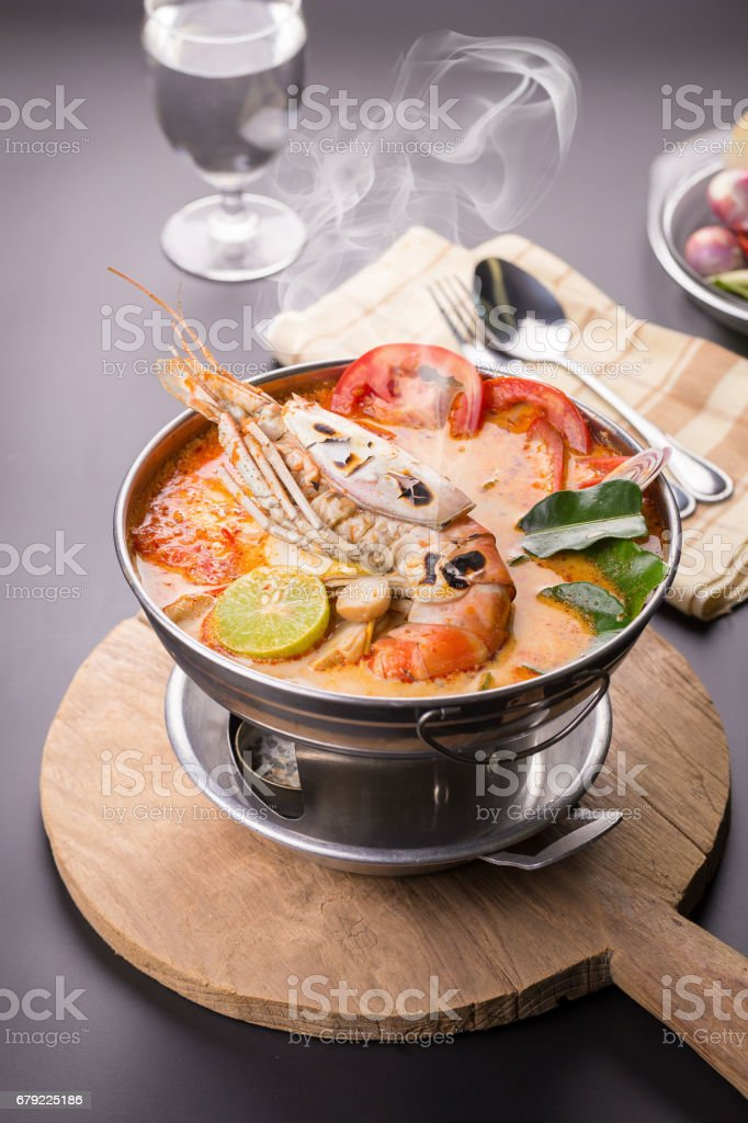 Soupe de fruits de mer Thaï épicée Tom yum goong photo libre de droits