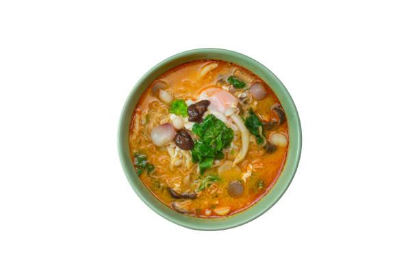 tom yum nudelsuppe isoliert - schnelle suppen stock-fotos und bilder