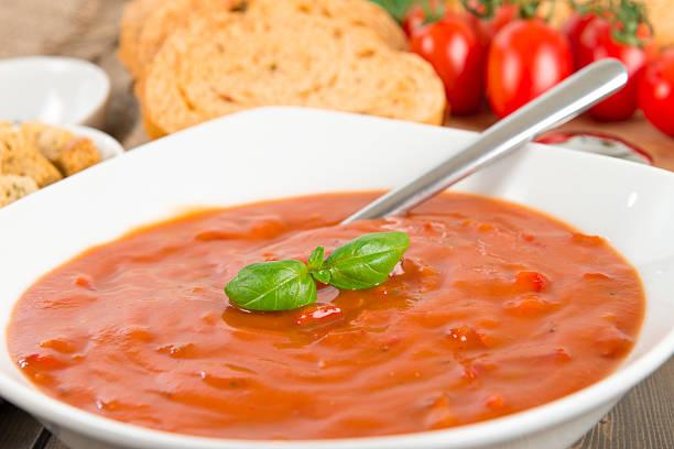 tomaten & suppe aus roten paprikaschoten - kalte tomatensuppe stock-fotos und bilder