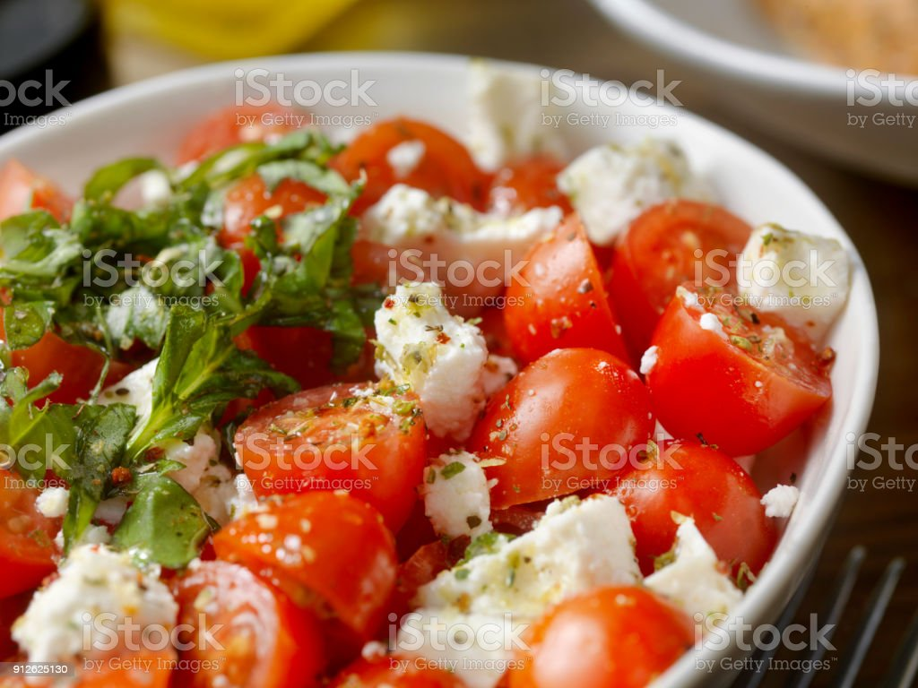 Frisch gehackte Tomaten-Feta-Salat mit Basilikum – Foto
