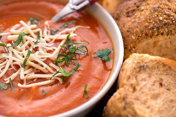 tomaten creme suppe - hausgemachte tomatensuppen stock-fotos und bilder