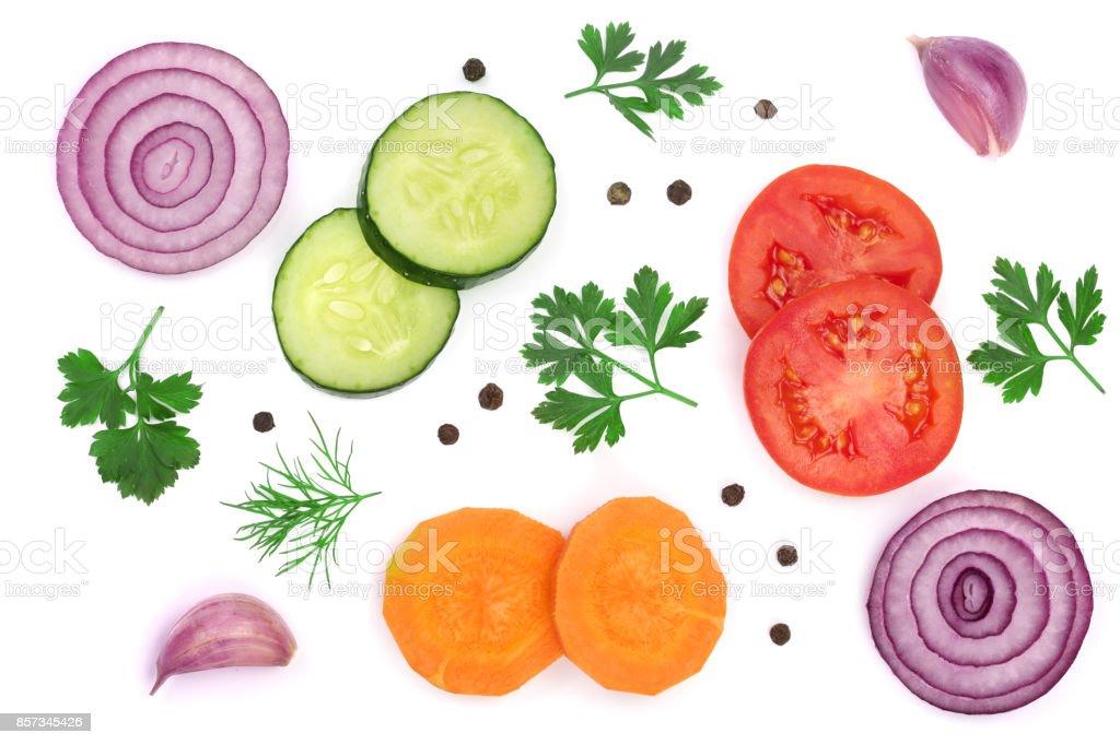 fatia de tomate, pepino e cenoura com folhas de salsa, endro, cebola, alho, isolado no fundo branco. Vista superior - foto de acervo