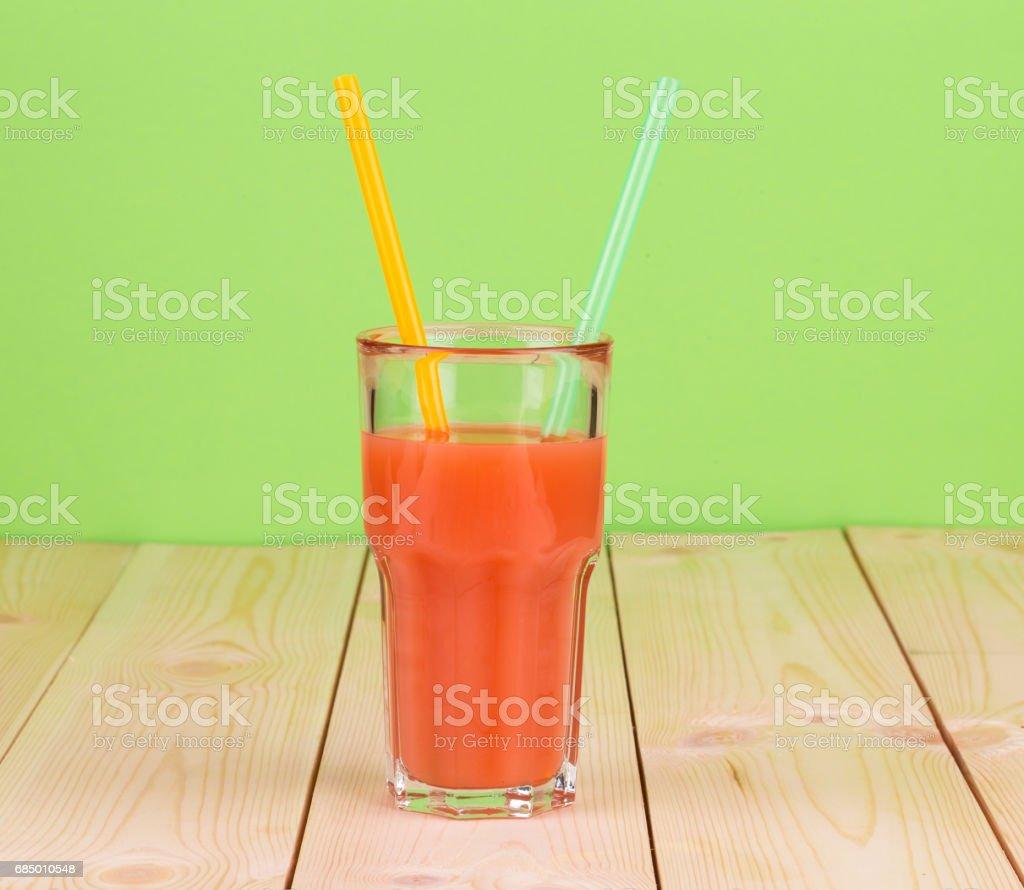 Tomatensaft in das Glas mit zwei farbigen Trinkhalme. Lizenzfreies stock-foto