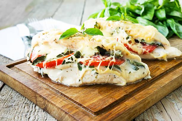 tomaten, mozzarella und basilikum gefüllte hühnerbrust - caprese salat stock-fotos und bilder