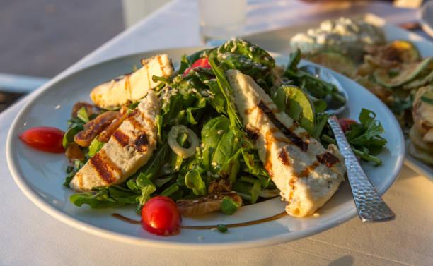 thassos adası kavala yunanistan meze yemek gibi domates soğan beyaz peynir Yunan salata tabağı stok fotoğrafı
