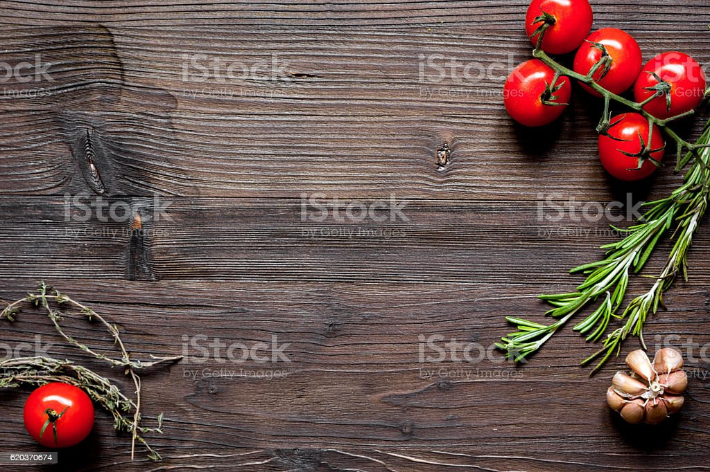 tomato, rosemary and garlic on dark wooden background top view foto de stock royalty-free