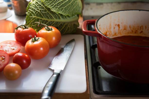tomaten sauce essen fotografie rezept idee - hausgemachte tomatensuppen stock-fotos und bilder