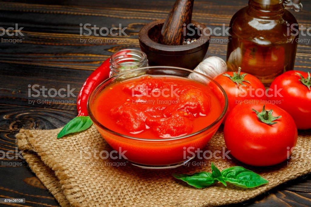 tomato sauce or puree on wooden table photo libre de droits