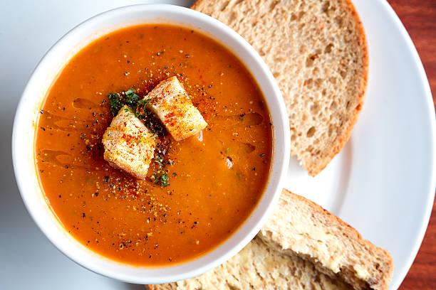 sopa de tomate e croutons - sopa imagens e fotografias de stock