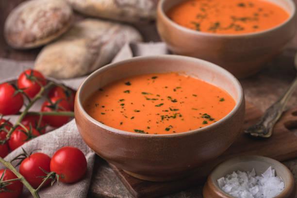 tomatensuppe und selbstgebackenes brot - hausgemachte tomatensuppen stock-fotos und bilder