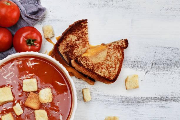 tomatensuppe, garniert mit parmesan und croutons - hausgemachte tomatensuppen stock-fotos und bilder
