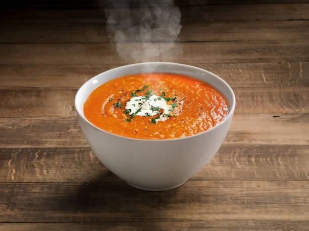 tomatensuppe auf holztisch hintergrund. - hausgemachte tomatensuppen stock-fotos und bilder